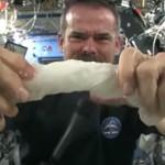 escurrir un trapo con agua en el espacio NASA